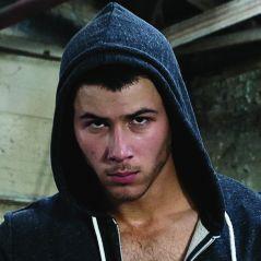 """Nick Jonas faz sexo a três em cena quente e polêmica de """"Kingdom"""". Assista!"""