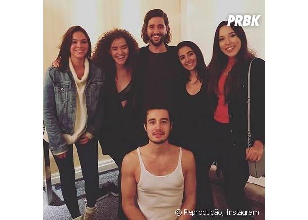 Bruna Marquezine e Tiago Iorc aparecem juntos em fotos no camarim do show do ex-namorado de Isabelle Drummond