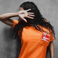 """De """"Orange is The New Black"""": Inês Brasil aparece em imagem de divulgação da série da Netflix!"""
