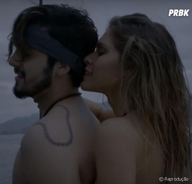 """Luan Santana faz pegação com modelo no clipe de """"Eu, Você, o Mar e Ela"""""""