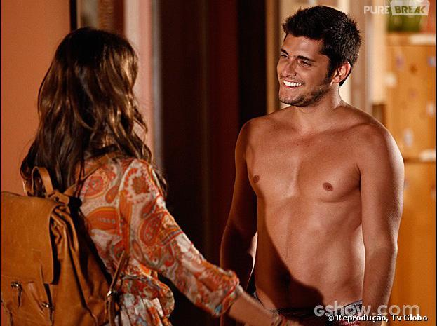 """Luiza (Bruna Marquezine) faz surpresa para o namorado André (Bruno Gissoni), na trama """"Em Família"""""""