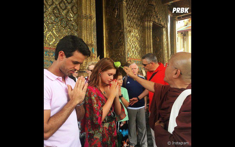 Marina Ruy Barbosa e Xandinho Negrão sendo abençoados em templo na Tailândia