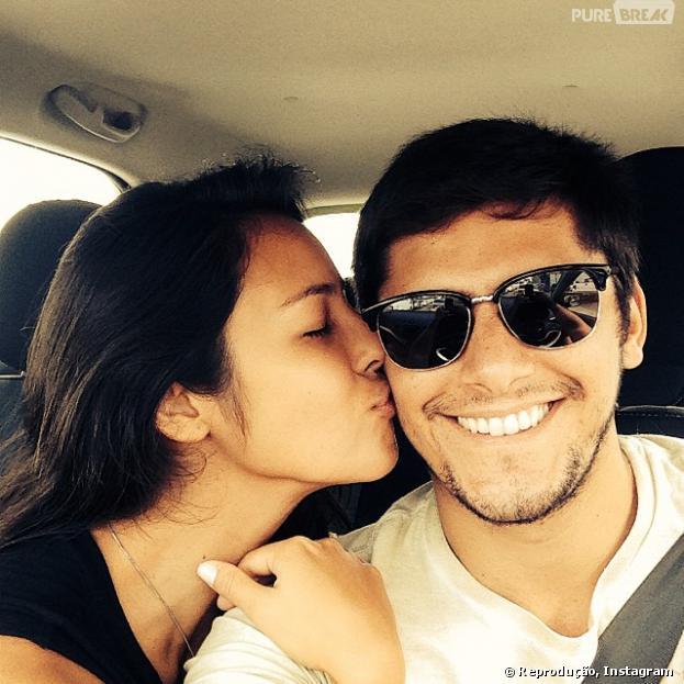 Bruno Gissoni ganha beijo de Yanna Lavigne na manhã desta segunda-feira, 31 de março de 2013