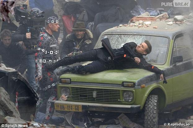 """Jeremy Renner, que interpreta o Gavião Arqueiro, salta sobre carro durante filmagens de """"Os Vingadores 2"""""""