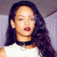 No estilo Moko! Com marteladas, Rihanna faz nova tatuagem tribal na mão