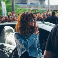 "Selena Gomez corta o cabelo e muda de visual para a ""Revival Tour"" na Ásia!"