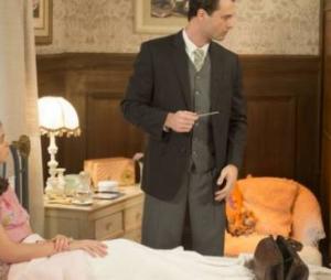 """Em """"Êta Mundo Bom!"""", Gerusa (Giovanna Grigio) teve seu casamento com Osório (Arthur Aguiar) adiado pelo médico"""