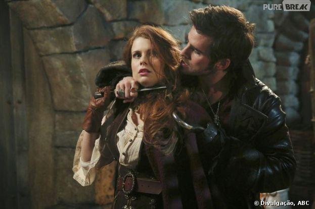 """Em """"Once Upon a Time"""", Hook (Colin O'Donoghue) ameaça Ariel (Joanna Garcia)"""