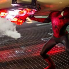 """Peter Parker enfrentra Electro em cena de """"O Espetacular Homem-Aranha 2"""""""