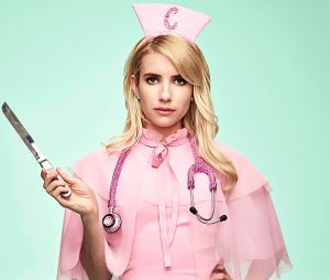 """De """"Scream Queens"""", Chanel (Emma Roberts) surge com roupa de enfermeira em novas fotos da 2ª temporada"""