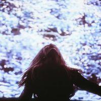 """Ellie Goulding lança clipe de """"Still Falling For You"""", trilha sonora de """"O Bebê de Bridget Jones"""""""