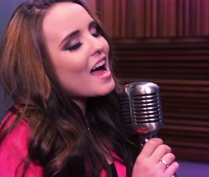 """Larissa Manoela solta a voz no lyric video de """"Coisas Boas da Vida"""", música da trilha de """"Cúmplices de Um Resgate"""""""