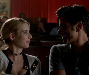 """Em """"Scream Queens"""", Chanel (Emma Roberts) e doutor Brock Holt (John Stamos) viverão romance na 2ª temporada!"""