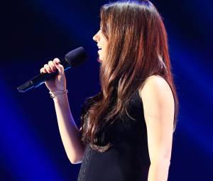 Mila Kunis não conseguiu esconder a barriguinha de grávida durante o prêmio MTV Movie Awards