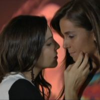 """Na novela """"Em Família"""": Marina dá beijo carinhoso em Clara"""