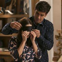 """Novela """"Haja Coração"""": Felipe (Marcos Pitombo) prepara surpresa para Shirlei em seu apartamento!"""