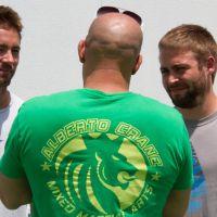 """Vin Diesel posta foto dos irmãos de Paul Walker em set de """"Velozes e Furiosos 7"""""""