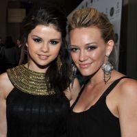 """Hilary Duff elogia Selena Gomez e fala sobre atuais estrelas teen: """"Sinto muito por eles"""""""
