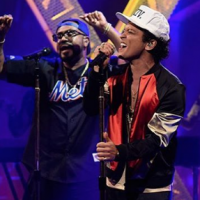 "Bruno Mars lança o single ""Chunky"" e comemora sucesso do hit ""24k Magic"" com performances explosivas"