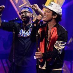 """Bruno Mars lança o single """"Chunky"""" e comemora sucesso do hit """"24k Magic"""" com performances explosivas"""