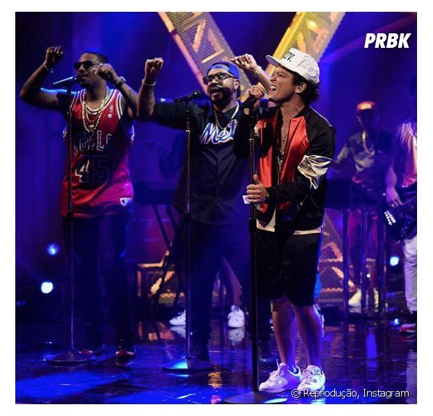 """Bruno Mars fez performances de """"24k Magic"""" e da inédita """"Chunky"""" no SNL"""