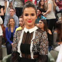 """Bruna Marquezine recebe cantada de fã na TV e brinca: """"Eu nunca ouvi essa"""""""