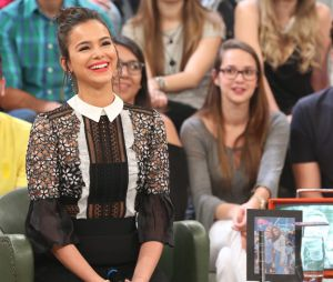 """Bruna Marquezine recebe cantada e fica envergonhada no """"Altas Horas"""""""
