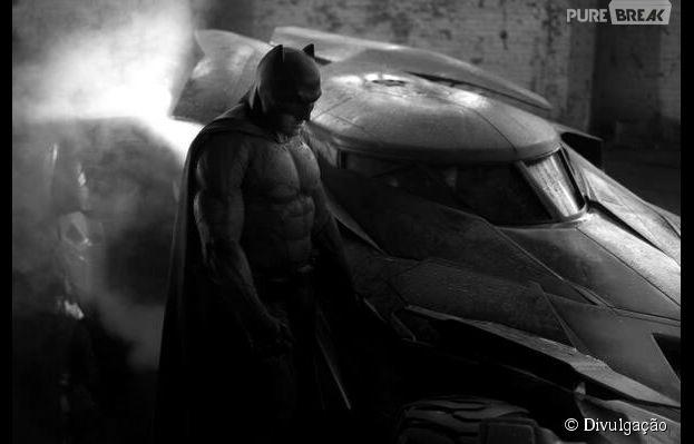 Ao lado de batmóvel, Ben Affleck surge pela primeira vez vestido de Homem-Morcedo