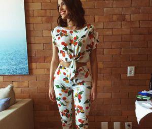 Bruna Marquezine exibe barriga em novo look da Riachuelo