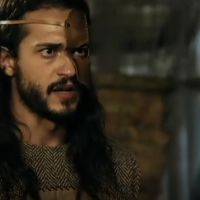 "Novela ""A Terra Prometida"": Tobias (Raphael Vianna) leva chibatadas de Josué (Sidney Sampaio)"