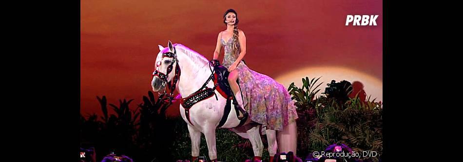 """Um dos momentos marcantes do DVD """"Um Ser Amor"""" é quando Paula Fernandes canta em cima de um cavalo branco"""