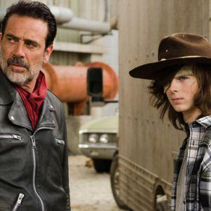 """Em """"The Walking Dead"""": na 7ª temporada, Carl (Chandler Riggs) é torturado por Negan!"""