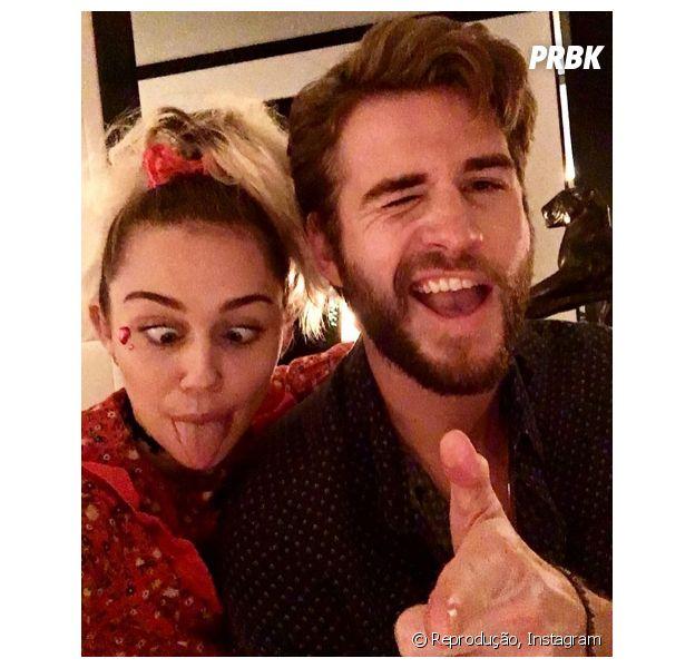 Miley Cyrus e Liam Hemsworth: o casal que não combina mas faz a galera se apaixonar!