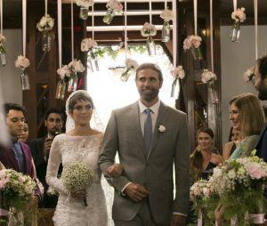 """Novela """"A Lei do Amor"""": Letícia (Isabella Santoni) é acompanhada até o altar pelo pai"""