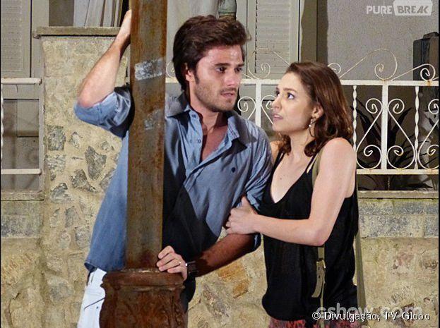 """Em """"Malhação"""", Martin (Hugo Bonemer) vai passar super mal na rua e Micaela (Laís Pinho) vai socorrê-lo"""