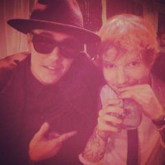 """Ed Sheeran bate em Justin Bieber com taco e se defende: """"Foi um daqueles momentos bizarros da vida"""""""