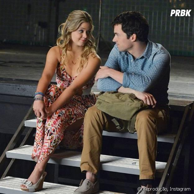 """Alison (Sasha Pieterse) e Ezra (Ian Harding) estarão juntos em cenas da quinta temporada de """"Pretty Little Liars""""!"""