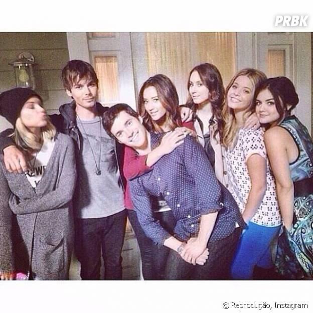 "O elenco deve continuar unido na quinta temporada de ""Pretty Little Liars""!"