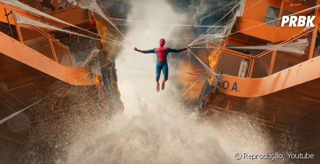 """No trailer de """"Homem-Aranha: De Volta ao Lar"""", tem a cena clássica do Homem-Aranha (Tom Holland) tentando segurar dois lado de alguma coisa gigante"""