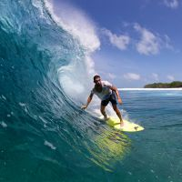 Cauã Reymond foge da Copa do Mundo e vai surfar nas Ilhas Maldivas