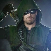 """De """"Arrow"""": na 5ª temporada, Oliver (Stephen Amell) e Felicity aparecem presos em novo teaser!"""