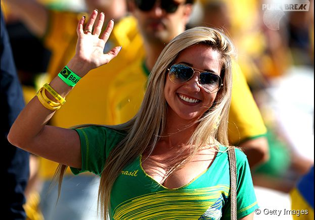 Torcedora do Brasil acena para a câmera durante o jogo