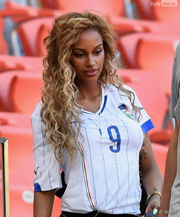 Torcedora chama atenção pela beleza durante jogo da Copa