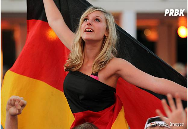 Torcedora com bandeira da alemanha arranca suspiros na torcida!
