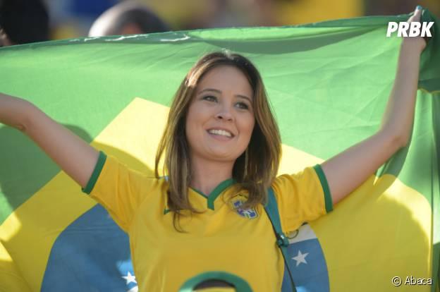 Torcedora brasileira chama a atenção pela beleza na arquibancada!
