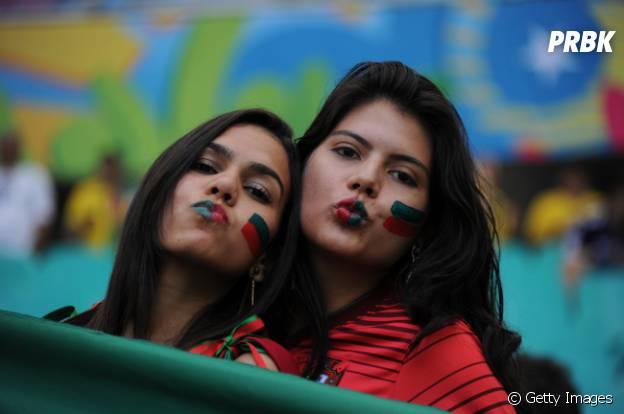 Torcedoras mandam beijinho para a câmera durante jogo da Copa