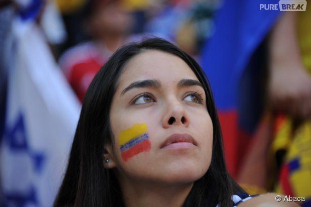 Bela torcedora olhando pra cima durante jogo da Copa