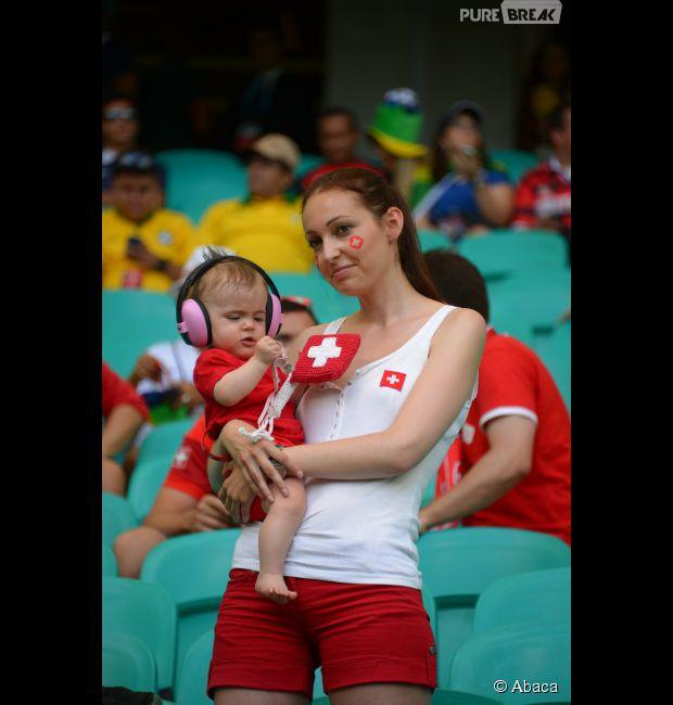 Mamãe Suiça chama atenção pela belza em estádio da Copa