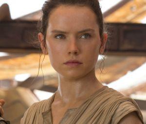 """Rey (Daisy Ridley) representará todas as girls sendo a primeira mulher a levantar um sabre de luz no filme """"Star Wars""""!"""
