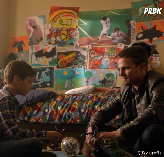 """De """"Arrow"""": 6ª temporada mostrará mais da relação entre Oliver (Stephen Amell) e seu filho"""